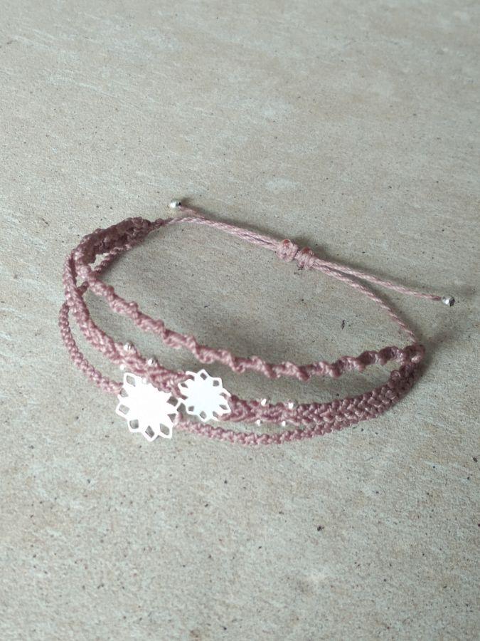 Bracelet taupe en micro-macramé à plusieurs rangs