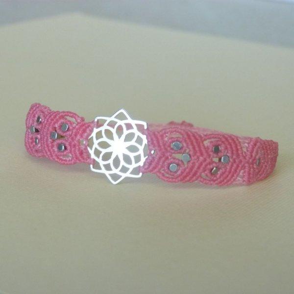 Bracelet rose en micro-macramé avec un intercalaire en argent