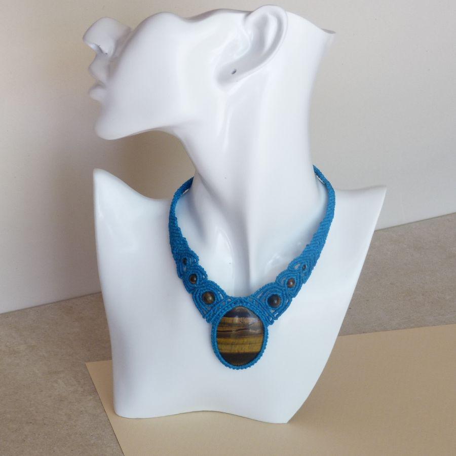 Collier bleu turquoise en micro-macramé avec un cabochon en pierre naturelle, l'oeil de tigre