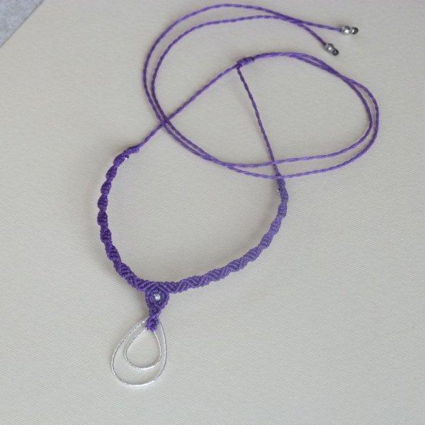 Collier  violet en micro-macramé avec une double goutte en argent
