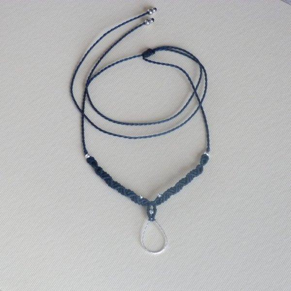 Collier bleu foncé en micro-macramé avec une goutte en argent