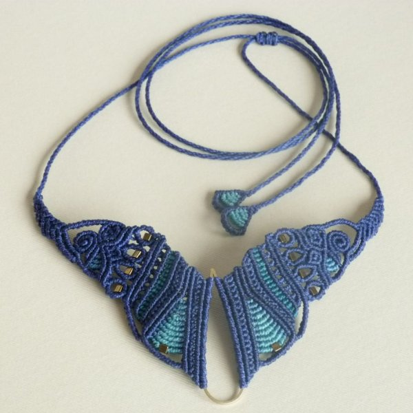 """Collier  """"papillon"""" en micro-macramé bleu"""