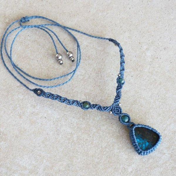 Collier ton bleu  en micro-macramé avec une chrysocolle