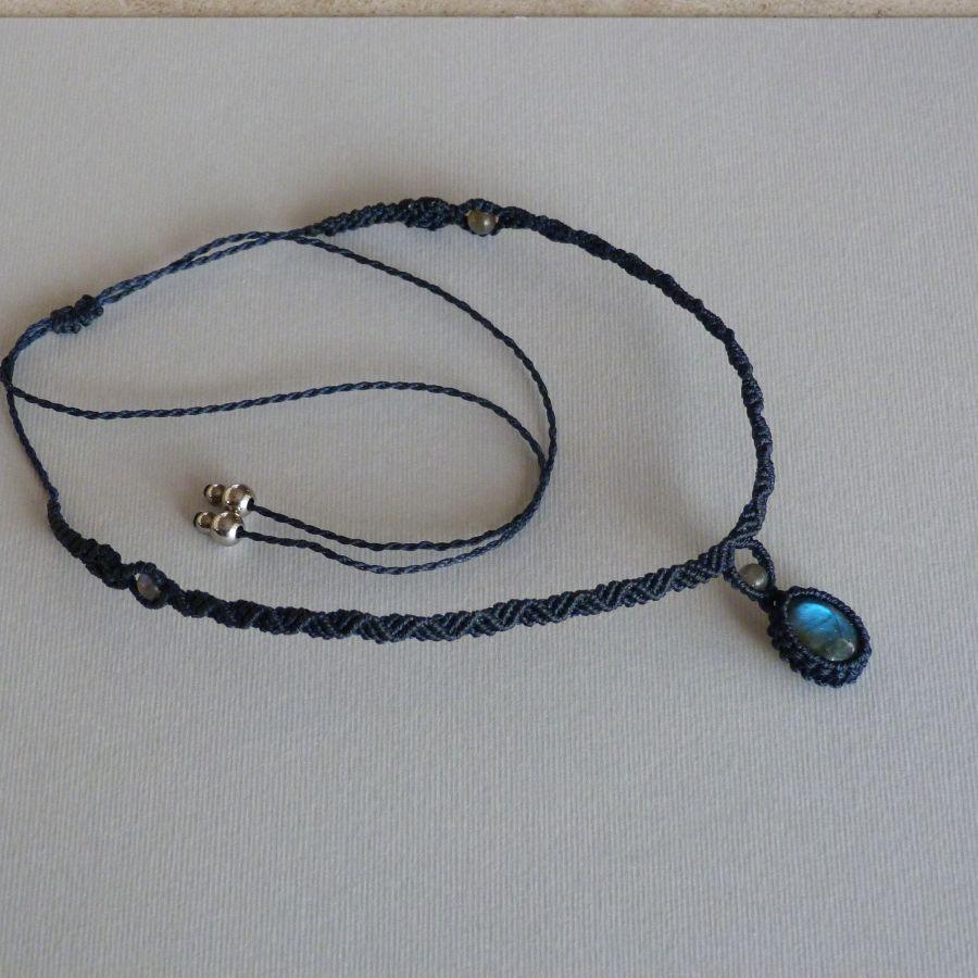 Collier ton bleu  nuit en micro-macramé avec une labradorite