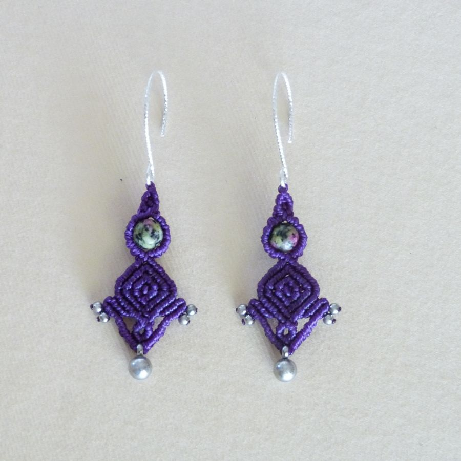 Paire de boucles d'oreilles  en micro-macramé violettes avec crochet en argent 925