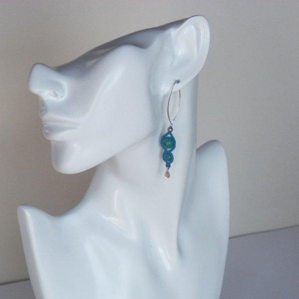 Paire de boucles d'oreilles  en micro-macramé bleu turquoise avec  deux chrysocolles