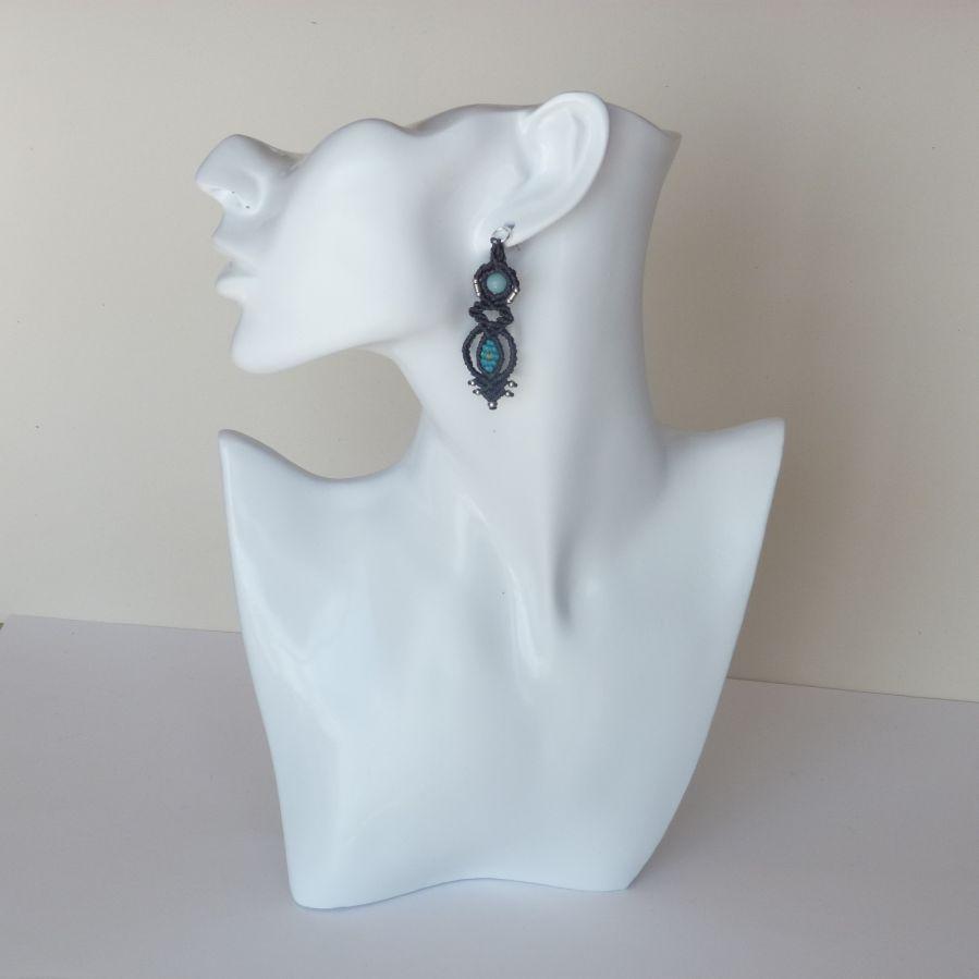 Paire de boucles d'oreilles  en micro-macramé grises et bleues avec un clou d'oreille en  argent 925