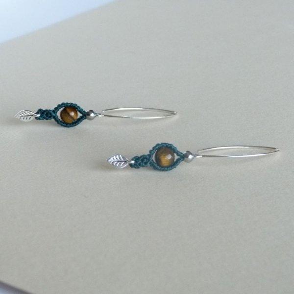 Paire de boucles d'oreilles  en micro-macramé vertes avec une perle oeil de tigre
