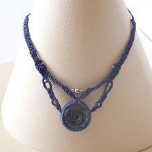 Collier en micro-macramé bleu foncé avec un pendentif en verre artisanal