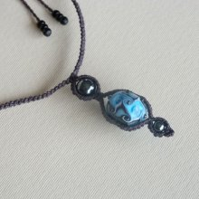 Collier en micro-macramé brun foncé avec une perle en verre artisanale