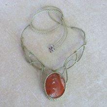 Collier vert  en micro-macramé avec en pièce centrale une pierre naturelle, la jaspe rouge