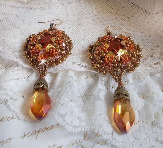 BO Harmony Ambre brodées avec des Cristaux de Swarovski, des cabochons en verre de bohème des années 1960, des mini-gouttes, des rocailles et des crochets d'oreilles en Gold Filled 14 carats