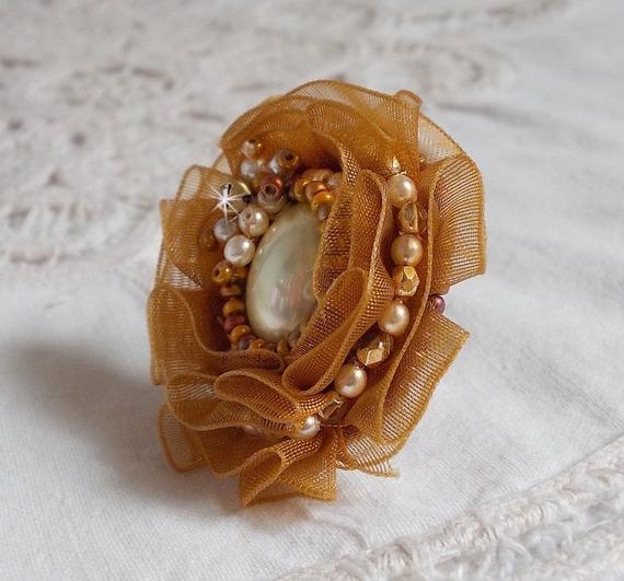 Bague Reflets de Rosée, perles nacrées et ruban organza.