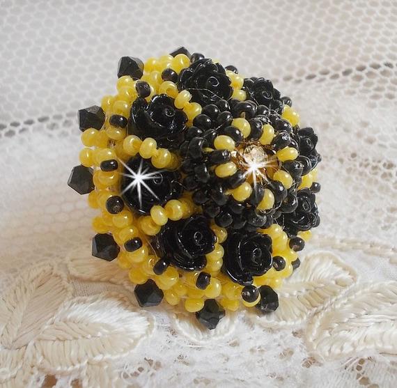 Bague Dorine brodée avec des cabochons roses noires