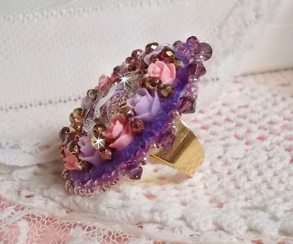 Bague Glace Purple brodée avec des cristaux de Swarovski et des roses en résine