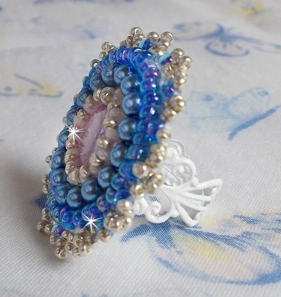 Bague Azur brodée avec un cristaux de Swarovski et des perles nacrées