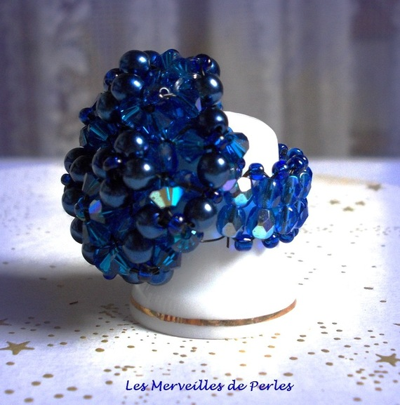 Bague Bleu Nuit avec des facettes et des toupies en cristal de Swarovski