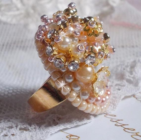 Bague Poudre de Riz brodée avec des cristaux de Swarovki façon vintage