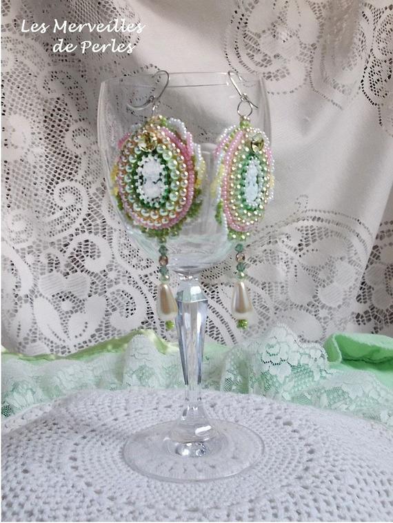 Boucles d'oreilles Anisse brodées de cabochons en résine portrait de femme