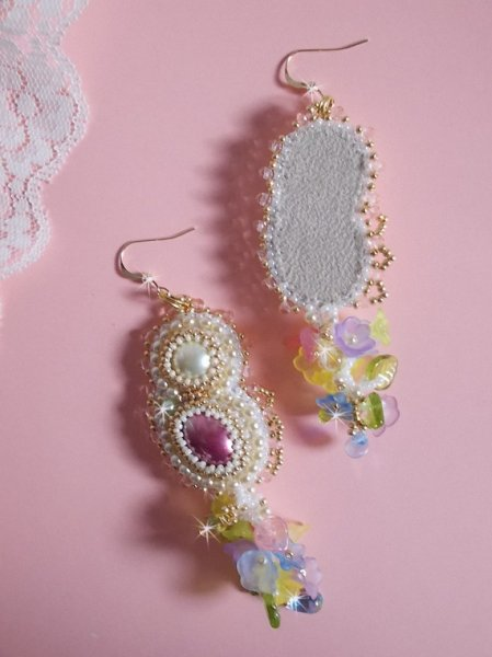 BO Envolée Fleurie, cabochons et perles nacrées avec ses rocailles Miyuki.