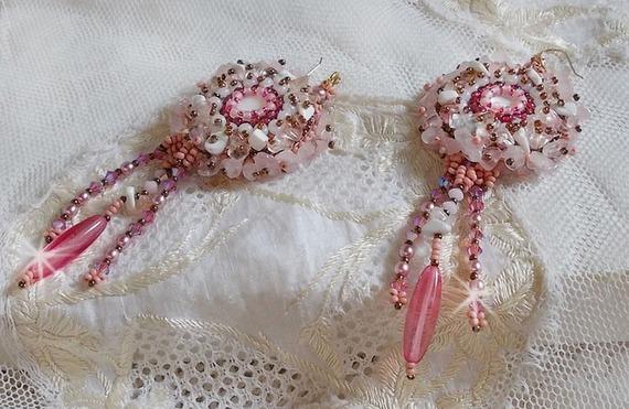 BO Rose Royale brodées avec des cabochons en nacre, des chips en (Quartz et Howlite blanc), des Cristaux de Swarovski, des roquettes Roses,  des rocailles et des crochets en Gold Filled 14 carats