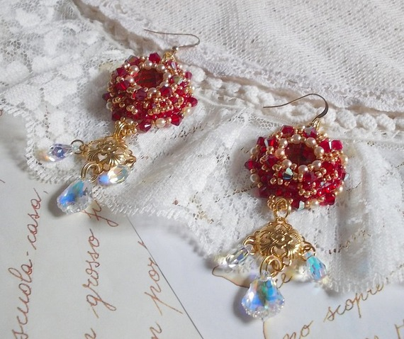 BO Rubis brodées avec des cristaux de Sawarovski, des perles nacrée, des estampes filigranées et des crochets d'oreilles en Gold Filled 14 carats