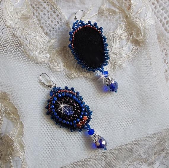 BO Les Maldives brodées avec des cabochons en résine, des perles rondes nacrées noires des Cristaux de Swarovski, des rocailles et des dormeuses en Argent 925/1000