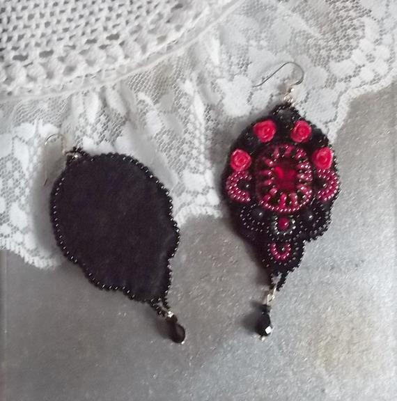 BO Midnight in Paris brodées avec des cristaux de Swarovski, des roses rouges en résine, des perles nacrées, des rocailles et des crochets d'oreilles en Gold Filled 14 carats