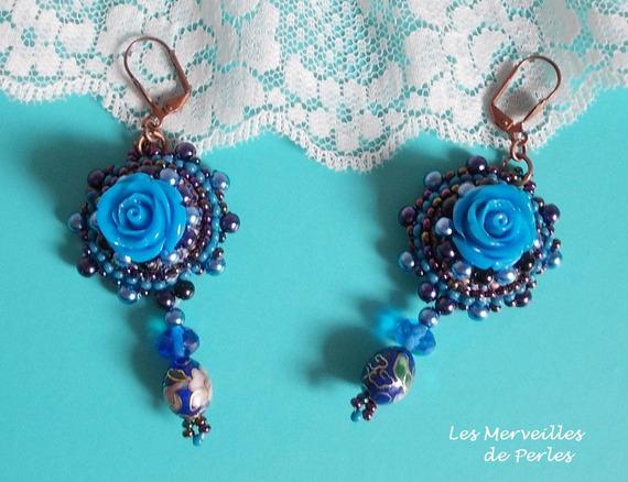 BO Roses Bleues Royales brodées avec des roses en résine d'un style baroque