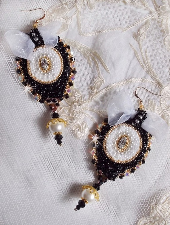 BO Noir Sacré Haute-Couture brodées avec une dentelle noire vintage ancienne, des Cristaux de Swarovski, des facettes et des rocailles
