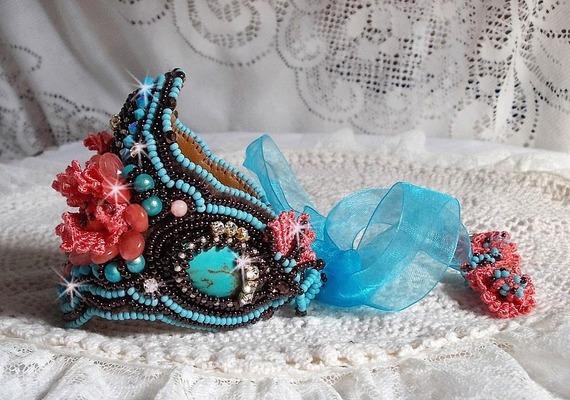 Bracelet manchette Naïade, belle bleu ces cabochons en Turquoise brodé façon Haute-Couture