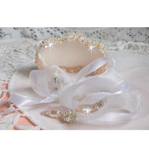 Bracelet Bouquet d'un Jour brodé avec des perles nacrées de Swarovski et de très belles perles de qualité