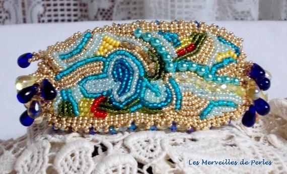 Bracelet Papillon Or Bleu brodé avec des Cristaux de Swarovski; des gouttes lisses, des facettes, des rocailles et un fermoir en Gold Filled 14 carats
