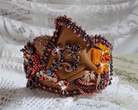 Bracelet manchette Les Rêves d'Acapulco, un teint cuivré brodé sur du cuir façon Chic Boho Ethnique