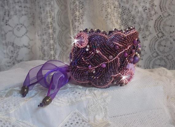 Bracelet manchette Haute-Couture avec des pierres fines les Sugilites brodées façon Chinese Purple Stone