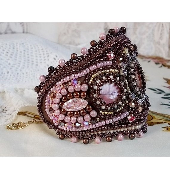Bracelet manchette Romance brodé avec des nacres en acajou façon vintage