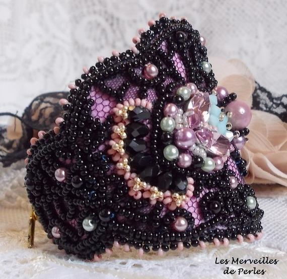 Bracelet manchette Marquise brodé avec de somptueuses perles de qualité, un bijou très raffiné