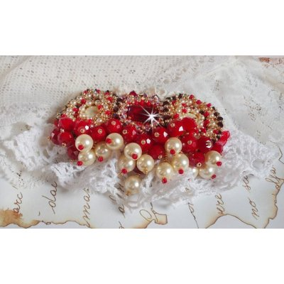 Broche Rubis avec des perles nacrées et cristal de bohême.