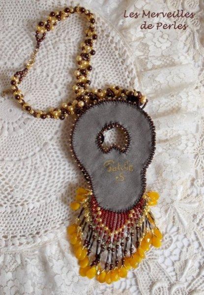 """Collier Aura, un dégradé de couleur qui est représenté par un Shibori en soie et une belle pierre fine """"l'ambre"""""""