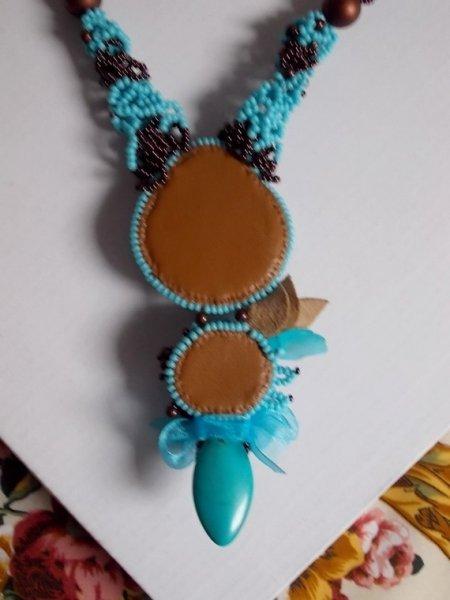 Collier Haute-Couture Turquoise, la place du bleu, cristaux de Swarovski et pierre semi-précieuse