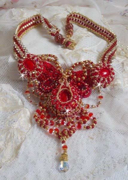 Collier plastron Rubis brodé avec des perles Agate rouge et corail semi-précieux façon Haute-Couture