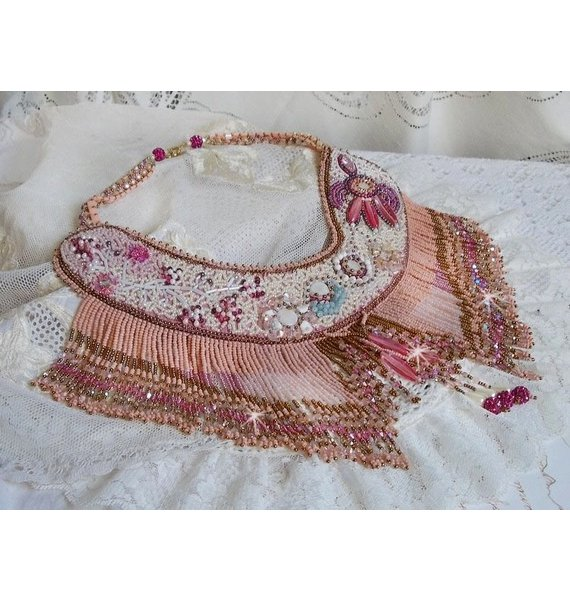 Collier plastron Rose Eternelle brodé avec des pierres semi-précieuse et pleins de perles diverses de qualité