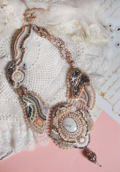 Collier Marquise des Anges Haute-Couture brodé avec un Howlite blanc façon Angélique