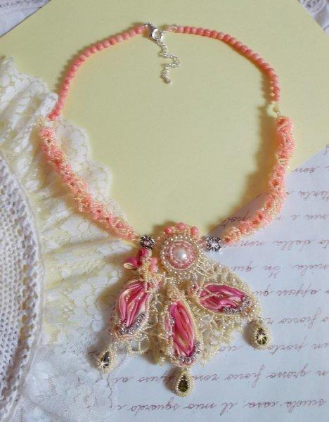 Collier Les Délices de l'Eté brodé avec un ruban de soie jaune et rose, des  rocailles et des Cristaux de Swarovski