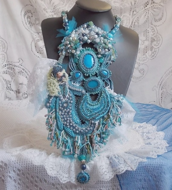 Collier Plastron La Petite Sirène Haute-Couture  brodé des pierres semi-précieuse des Howlite, des pierres de Lune et des Cristaux