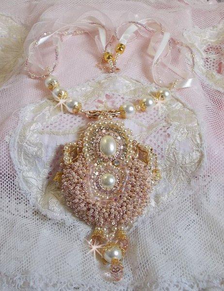 Collier Poudre de Riz brodé avec des cristaux de Swarovski
