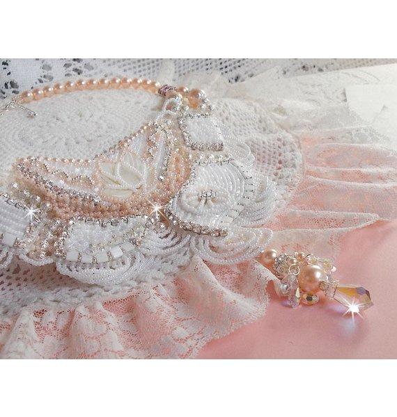Collier plastron Bouquet d'un Jour brodé avec des nacres et des cristaux