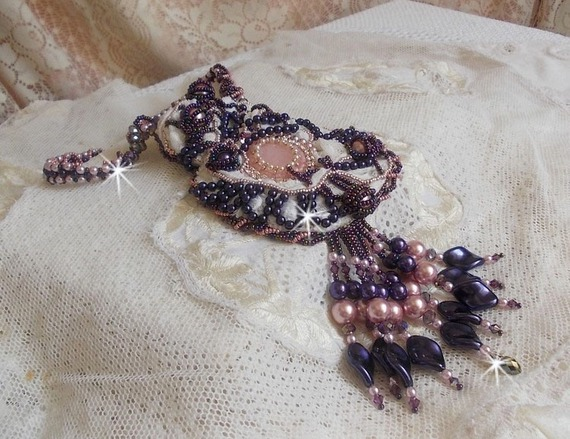 Collier Grace brodé avec un Quartz Rose, une pierre fine et des perles nacrées