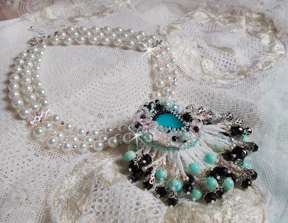 Collier Océane brodé avec des perles rondes marbrées bleu-ciel et noir