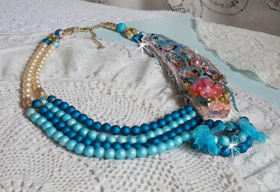 Collier Eternel Bleu brodé avec des cristaux de Swarovski